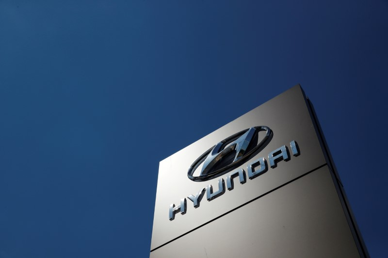 © Reuters. FILE PHOTO: A shop sign of Hyundai is seen outside a car showroom in Milton Keynes, Britain