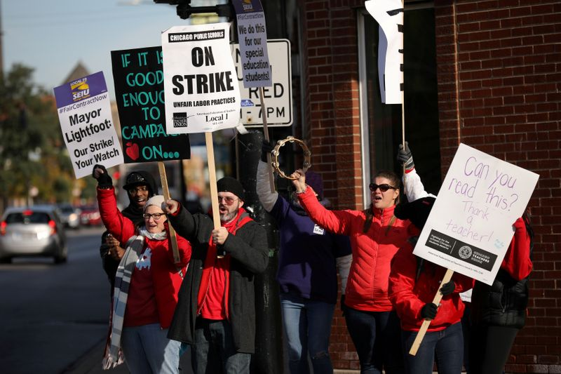 © Reuters. FILE PHOTO: Teachers picket near New Field Elementary School on the second day day of a teachers' strike in Chicago