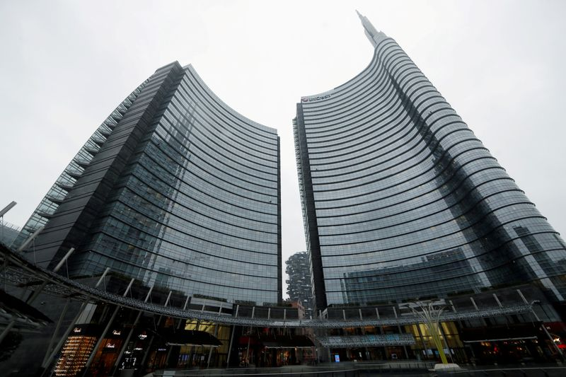 © Reuters. La sede centrale  Unicredit a Milano