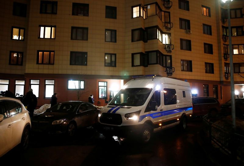 © Reuters. A police van is parked next to a building, where the apartment of Russian opposition leader Alexei Navalny is located, in Moscow