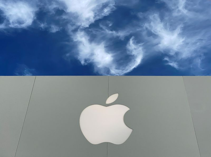 © Reuters. FILE PHOTO: The Apple logo is shown atop an Apple store at a shopping mall in La Jolla, California
