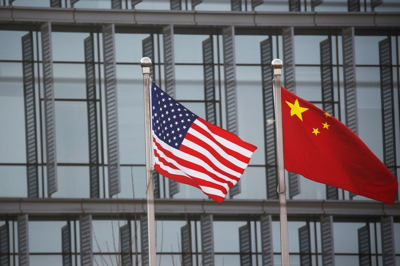 © Reuters. Chinese and U.S. flags flutter outside the building of an American company in Beijing