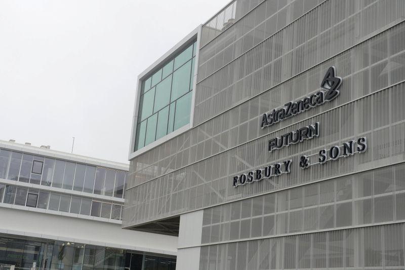 © Reuters. Il logo AstraZeneca presso uno stabilimento dell'azienda a Bruxelles
