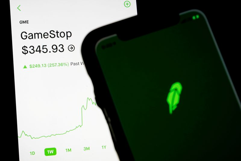 © Reuters. FILE PHOTO: Trading information for GameStop is displayed on the Robinhood App as another screen displays the Robinhood logo