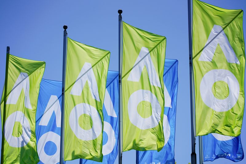 © Reuters. FILE PHOTO: A general view of Australian Open flags in Melbourne