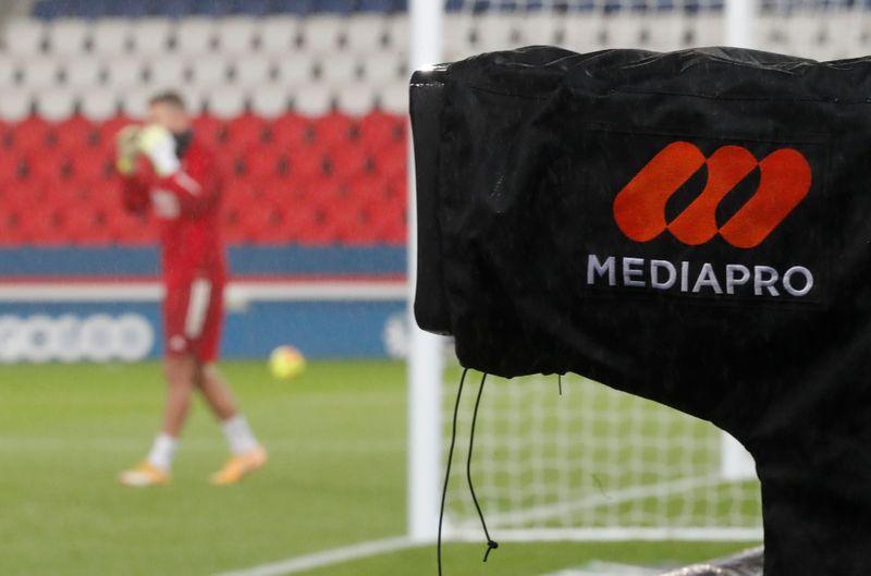 © Reuters. FOOTBALL: LA LFP NE PARVIENT PAS À ATTRIBUER LES DROITS TÉLÉVISÉS