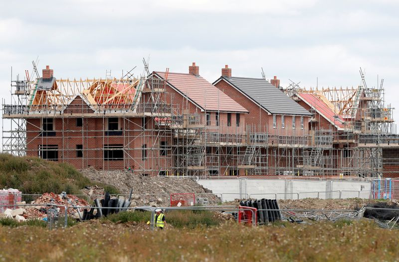 © Reuters. FILE PHOTO: New houses under construction are pictured in Aylesbury