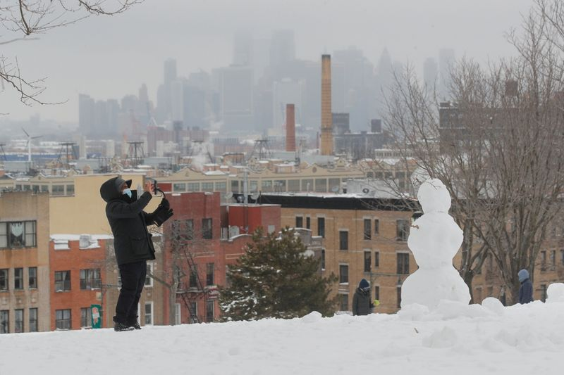 © Reuters. Snowfall in New York City
