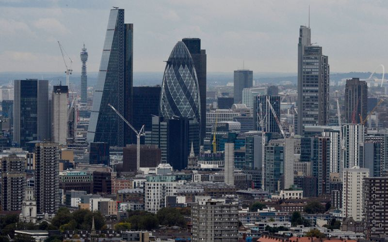 © Reuters. A general view of the financial district of London is seen in London
