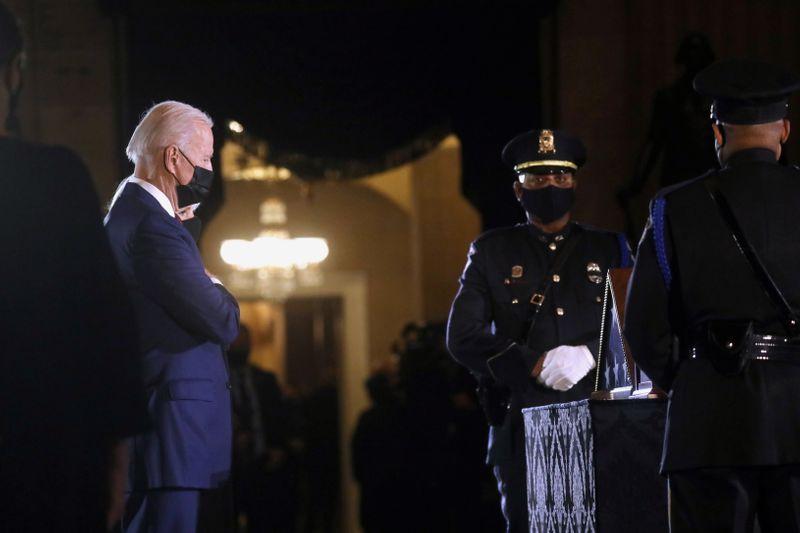 © Reuters. Police Officer Sicknick lies in honor in U.S. Capitol Rotunda