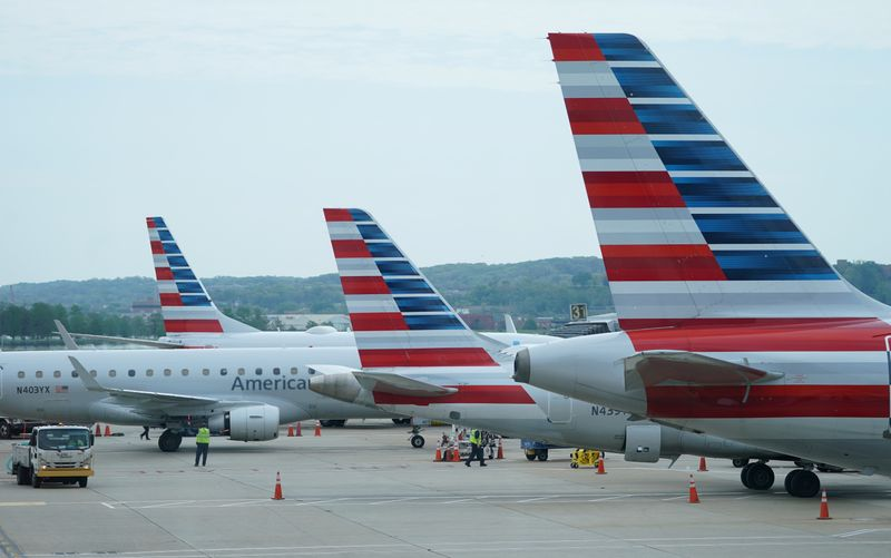 © Reuters. FILE PHOTO: American Airlines jets sit at gates at Washington's Reagan National Airport in Washington