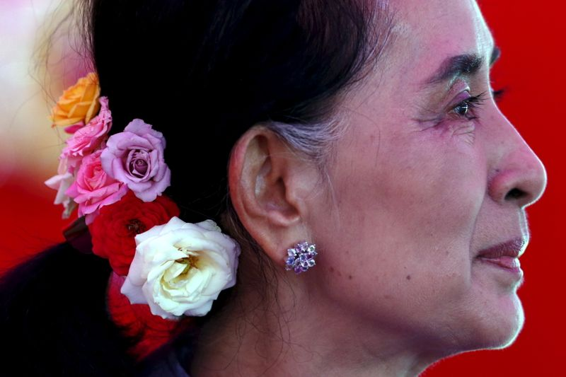 © Reuters. FILE PHOTO: Myanmar's National League for Democracy Party leader Aung San Suu Kyi looks on during a news conference at her home in Yangon