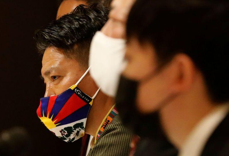 © Reuters.  Los activistas asisten a una conferencia de prensa contra China que albergará los Juegos Olímpicos de Invierno de Tokio 2022.