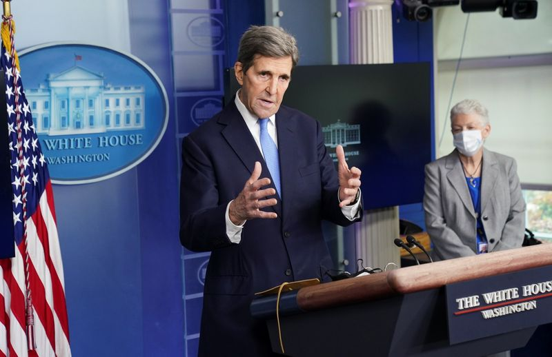 © Reuters. FILE PHOTO: Kerry speaks about the climate at the White House in Washington