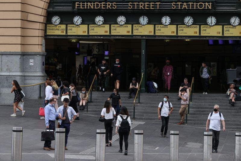 © Reuters. People enter and exit Flinders Street Station in Melbourne