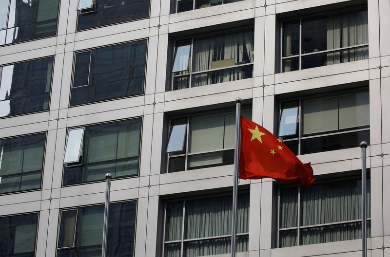 © Reuters. FILE PHOTO: Chinese national flag flutters near the building of China Securities Regulatory Commission (CSRC) at the Financial Street area in Beijing