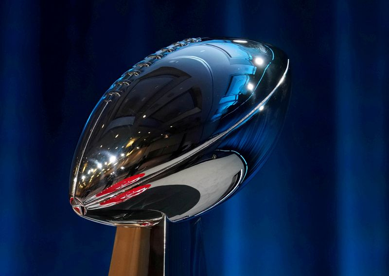 Super Bowl fans wait hours for glimpse of glistening trophy