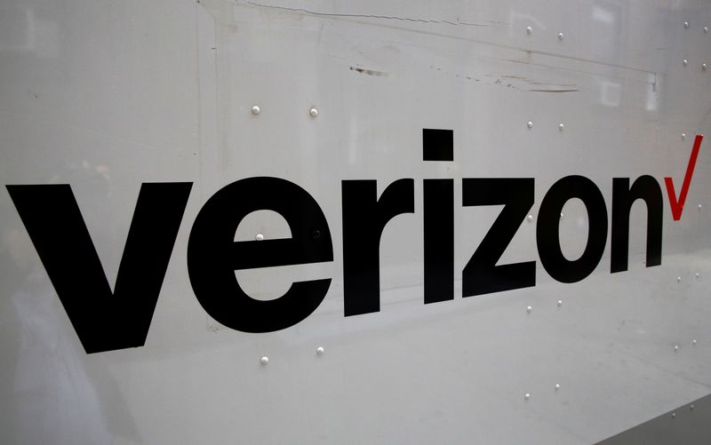 © Reuters. FILE PHOTO: The Verizon logo is seen on the side of a truck in New York