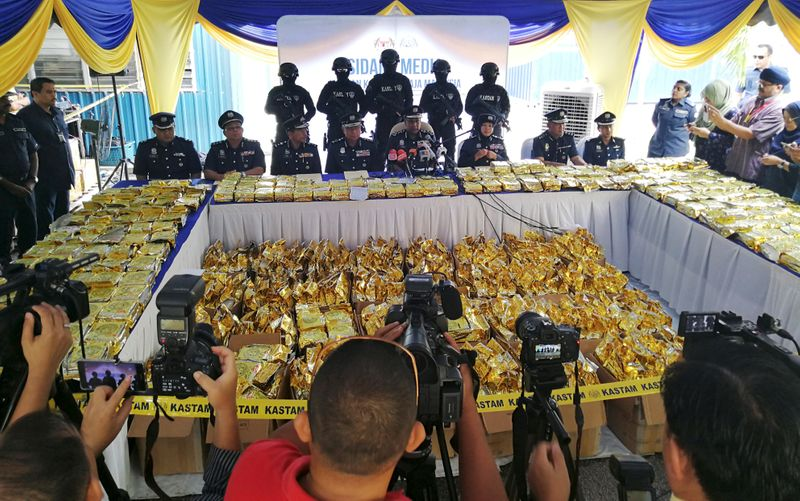 © Reuters. FILE PHOTO: Malaysian Customs display 1,187kg of drugs seized during a news conference in Nilai