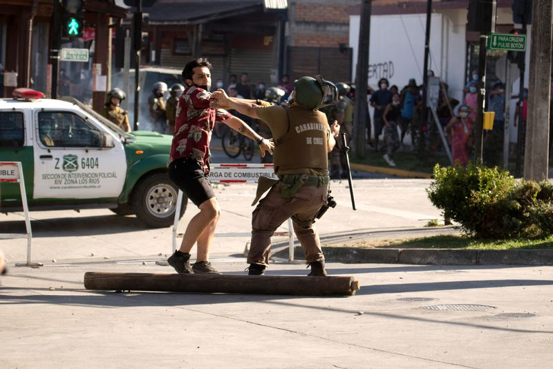 © Reuters. Protests after police officer shot street juggler dead in Panguipulli