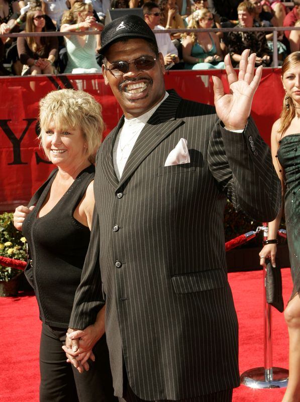 © Reuters. FILE PHOTO: Former professional boxer Leon Spinks arrives at the 2006 ESPY Awards in Hollywood