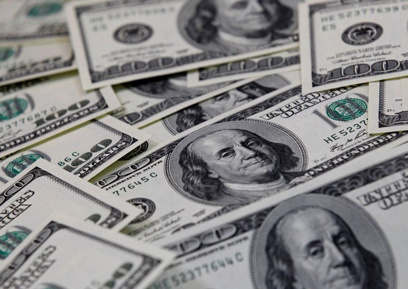 © Reuters. FILE PHOTO: U.S. one hundred dollar notes are seen in this picture illustration