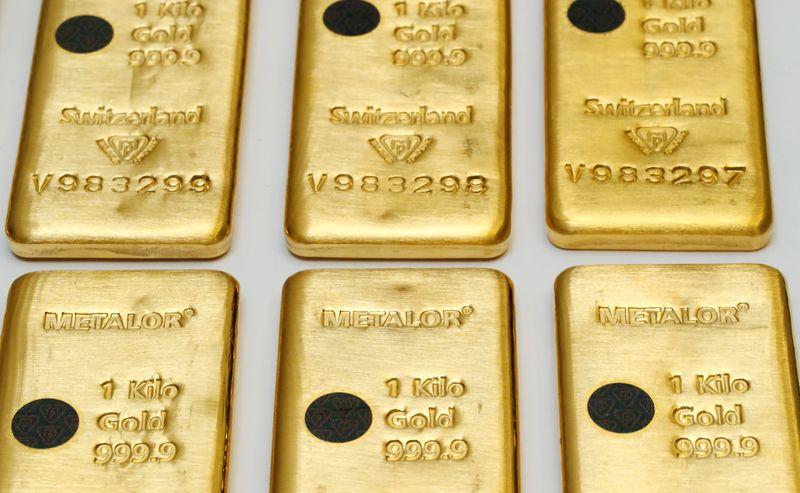 © Reuters. الذهب يرتفع بفعل هبوط الدولار وآمال التحفيز الأمريكي