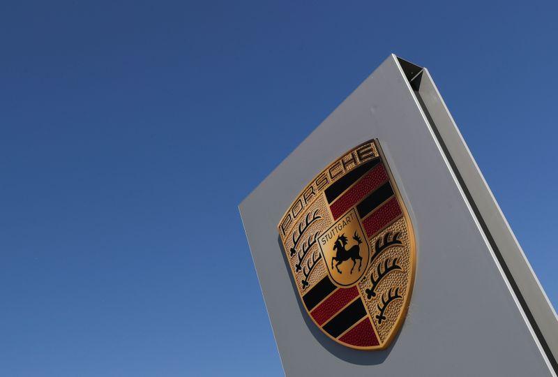 © Reuters. A logo of Porsche is seen outside a Porsche car dealer, amid the coronavirus disease (COVID-19) outbreak in Brussels