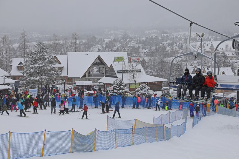 Poles rush to ski, drink and party as COVID-restrictions eased