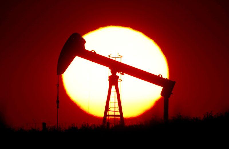 هبوط النفط 1% بفعل ارتفاع الدولار الأمريكي وتوقعات بزيادة المعروض