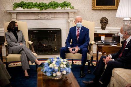 Biden meets with U.S. lawmakers on infrastructure push