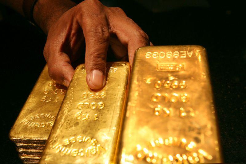 الذهب يهبط 1% متضررا من ارتفاع عوائد السندات الأمريكية وقوة الدولار
