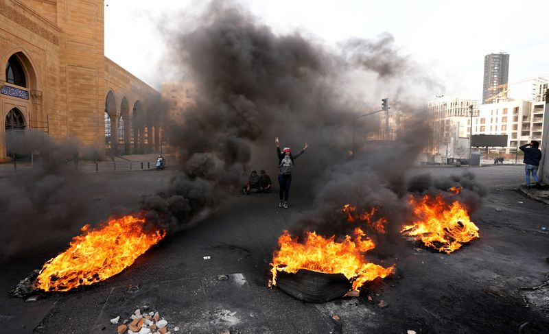 Lebanese army starts clearing roadblocks after week of protests