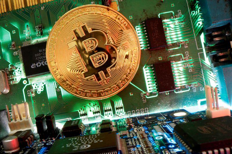 Bitcóin retrocede tras tocar máximo cerca de 62.000 dólares