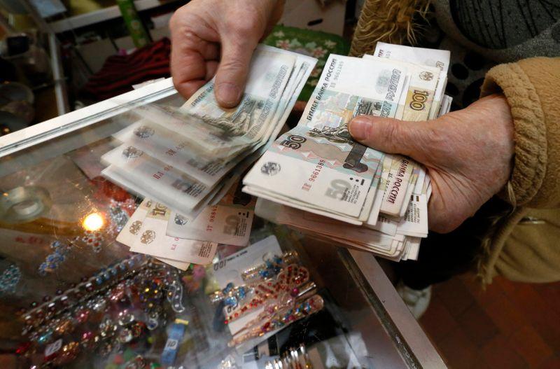Рубль дешевеет из-за нефти, доллара и геополитики, доходность 10-летних ОФЗ выше 7% впервые с апр 20г