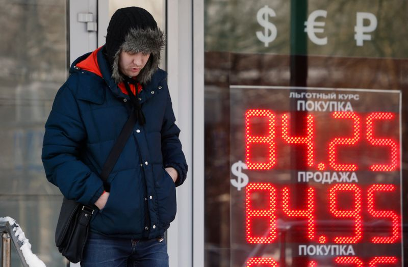 Экспортеры и разворот нефти в плюс поддержали рубль на основной сессии