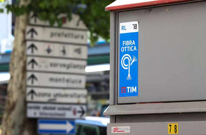Telecom Italia shares drop as uncertainty clouds single network project