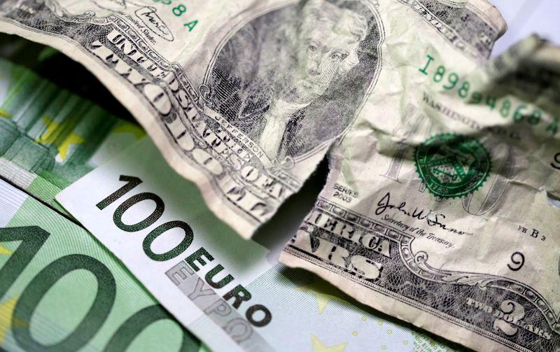 FOREX- El dólar cede mientras los rendimientos del Tesoro caen desde máximos de 14 meses