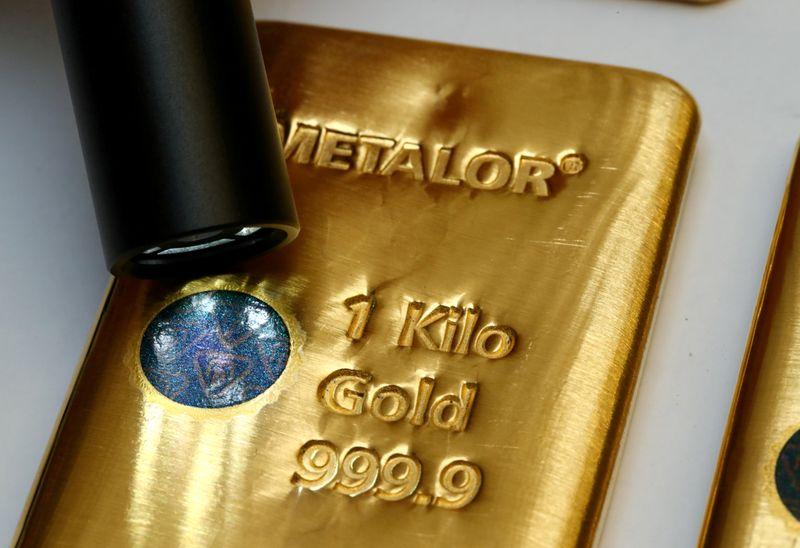Золото дешевеет, укрепление доллара нивелирует опасения о локдаунах в Европе