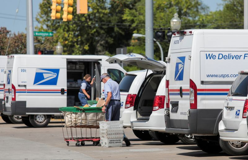 U.S. lawmakers urge USPS board to halt delivery vehicle contract