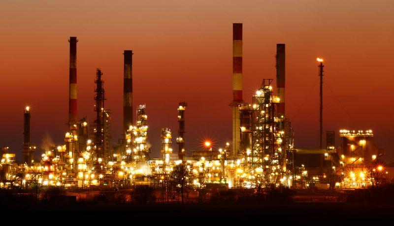 النفط يرتفع بفعل تعافي الاقتصاد العالمي، لكن المخزونات الأمريكية تكبحه
