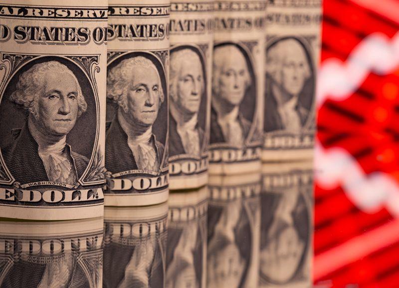 Доллар около двухнедельных минимумов из-за снижения доходности госбондов США