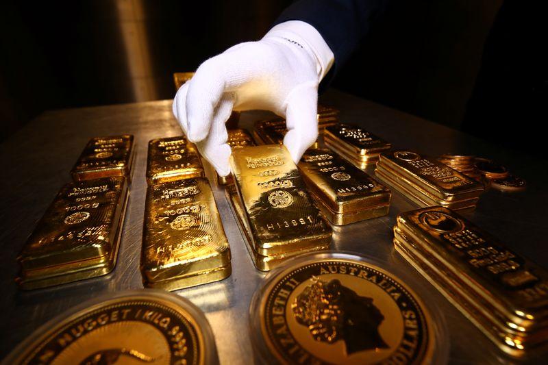 Золото дорожает на фоне снижения доллара, доходности госбондов после сохранения риторики ФРС