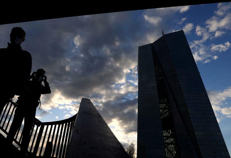 ЕЦБ видит возможность замедления скупки бондов после увеличения темпов во 2 кв -- протокол