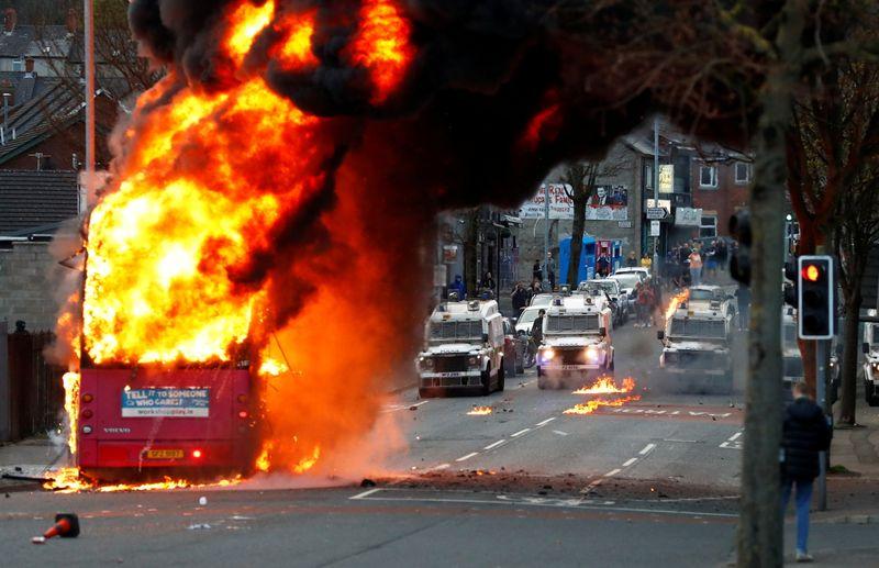 北アイルランドで連日暴動、バスに放火も 自治政府協議へ