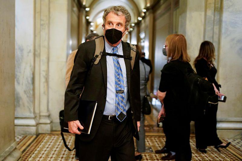 U.S. Senate Banking chair presses Wall Street banks on Archegos ties