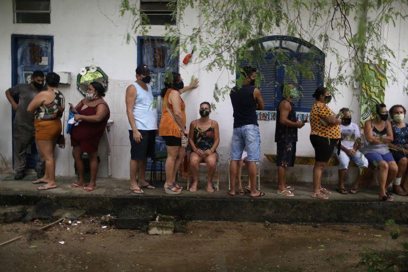 Descendientes de esclavos finalmente comienzan a ser vacunados contra el COVID-19 en Brasil