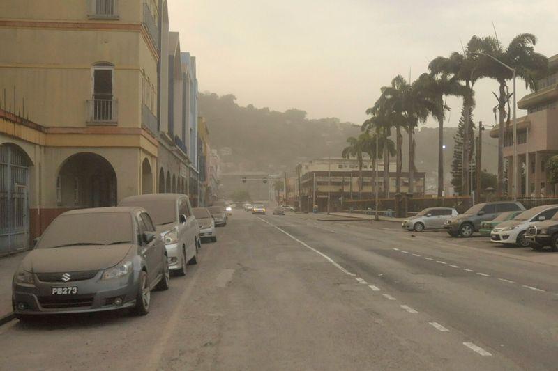 Residentes de caribeña San Vicente se despiertan con calles cubiertas de ceniza y volcán rugiendo