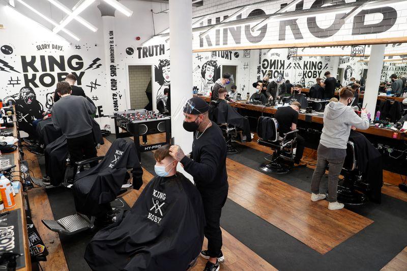 L'Angleterre prise de fièvre acheteuse : cap sur les boutiques, les salons de coiffure et les bars