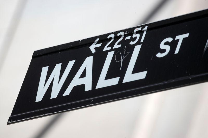 Wall Street cae desde niveles récord, mercado pendiente de datos y resultados